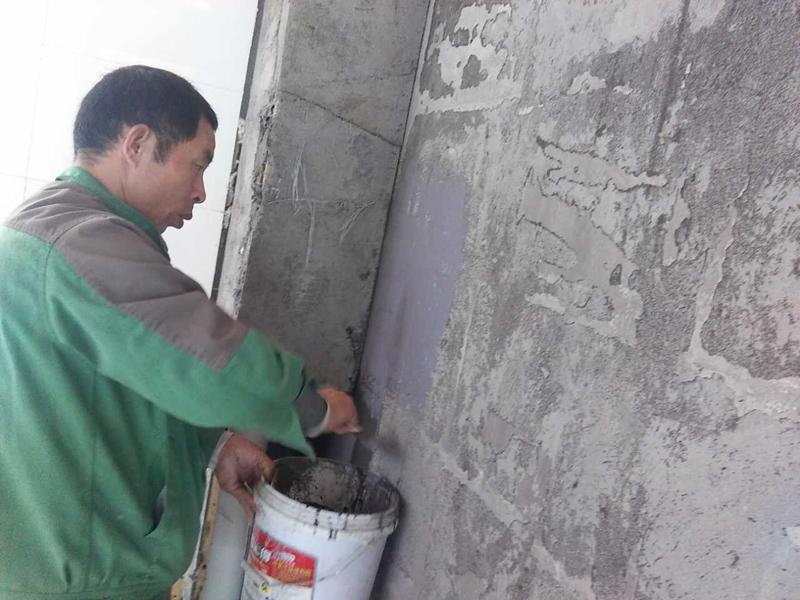 基层清理、修补: 抹灰前,不管是任何形式的墙面基层(如混凝土、砖墙、砌体墙等),都应彻底清理墙面浮尘、颗粒状杂物、油渍、残留灰浆等污染物。并在墙面不饱满、有缺陷处进行水泥砂浆修补处理。  扫水湿润: 墙面清扫后,分数遍浇水湿润。墙面应用细管自上而下浇水湿透,一般应在抹灰前一天进行;目的是为抹灰层创造良好的凝结硬化条件,避免墙面基层过度吸收水泥砂浆的水分,造成收缩空鼓;浇水量以水分渗人砌块深度5~10mm为宜。抹灰时墙面仍干燥不湿,应再喷一遍水,目的同上。 挂网甩毛(在不同材质交界处): 在混凝土、水泥条板